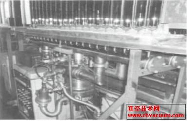 集热管排气线上装有复合分子泵的台车照片