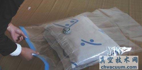 用真空压缩袋收纳棉被的方法